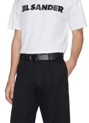 模特儿示范图 - 点击放大 - Valentino - Valentino Garavani 'VLOGO' buckle leather belt