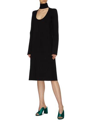 模特儿示范图 - 点击放大 - Bottega Veneta - 挖剪高领针织小黑裙