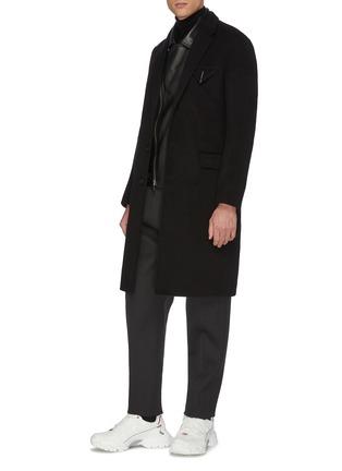 模特儿示范图 - 点击放大 - BOTTEGA VENETA - 平驳领三角布饰口袋羊绒修身大衣