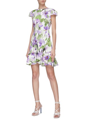 模特儿示范图 - 点击放大 - alice + olivia - Kirby荷叶边花卉图案连衣裙