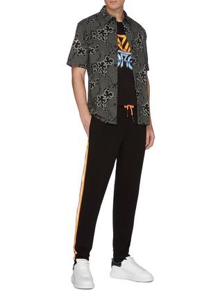 模特儿示范图 - 点击放大 - MCQ ALEXANDER MCQUEEN - BLAZING FORCE英文字印花纯棉T恤