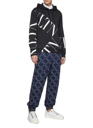 模特儿示范图 - 点击放大 - VALENTINO - VLTN Grid格纹刺绣牛仔休闲裤