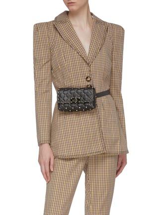模特儿示范图 - 点击放大 - VALENTINO - Valentino Garavani Rockstud Spike铆钉点缀绗缝小羊皮腰包