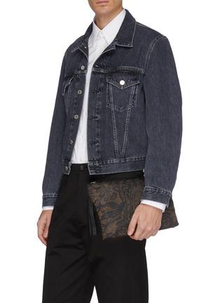 模特儿示范图 - 点击放大 - Alexander McQueen - 骷髅头及蕾丝印花手拿包