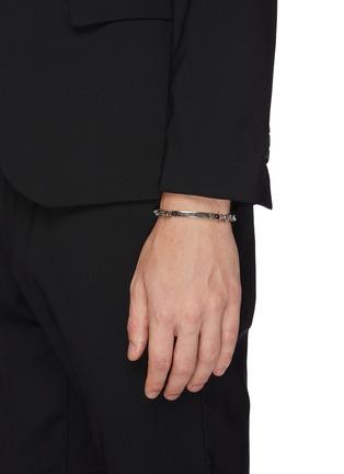 模特儿示范图 - 点击放大 - Alexander McQueen - 骷髅头做旧感黄铜手链