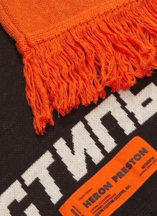 细节 - 点击放大 - HERON PRESTON - logo标语及苍鹭图案拼色针织围巾