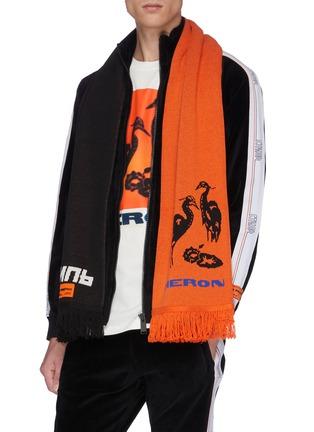 模特儿示范图 - 点击放大 - HERON PRESTON - logo标语及苍鹭图案拼色针织围巾