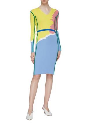 模特儿示范图 - 点击放大 - i-am-chen - 抽象拼色条纹V领针织连衣裙