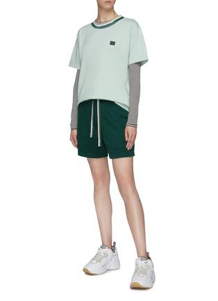 模特儿示范图 - 点击放大 - ACNE STUDIOS - 拼色领口表情徽章T恤