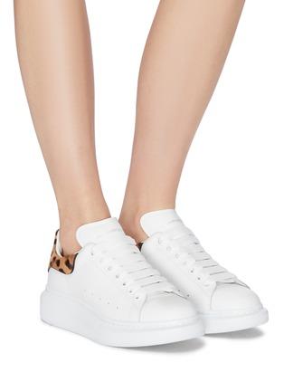 模特儿示范图 - 点击放大 - Alexander McQueen - Oversized Sneaker豹纹小马毛拼贴小牛皮运动鞋