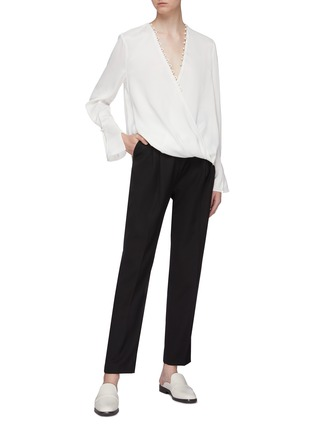 模特儿示范图 - 点击放大 - 3.1 Phillip Lim - 人造珍珠点缀搭叠缎面衬衫