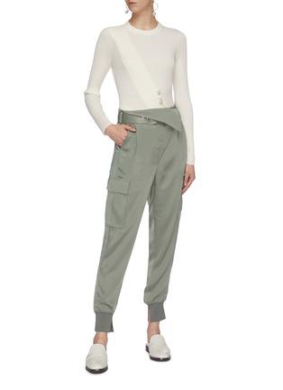 模特儿示范图 - 点击放大 - 3.1 Phillip Lim - 翻折设计针扣腰带锥形缎面工装裤