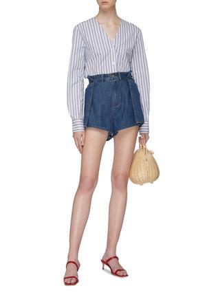 模特儿示范图 - 点击放大 - C/MEO COLLECTIVE  - Process折叠设计纯棉牛仔短裤