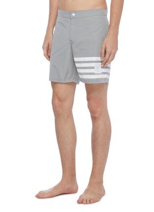 模特儿示范图 - 点击放大 - THOM BROWNE - 四重条纹游泳短裤