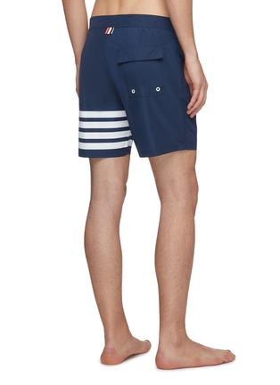 背面 - 点击放大 - THOM BROWNE - 四重条纹游泳短裤