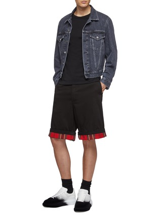 模特儿示范图 - 点击放大 - Alexander McQueen - 格纹翻折裤脚口牛仔短裤