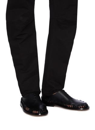 模特儿示范图 - 点击放大 - Bottega Veneta - 穿插编绳切割细节小牛皮德比鞋