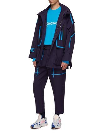 模特儿示范图 - 点击放大 - LI-NING x PRONOUNCE - 拼色条纹翻盖口袋连帽大衣