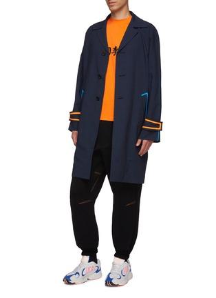 模特儿示范图 - 点击放大 - LI-NING x PRONOUNCE - 拼色条纹混羊毛大衣