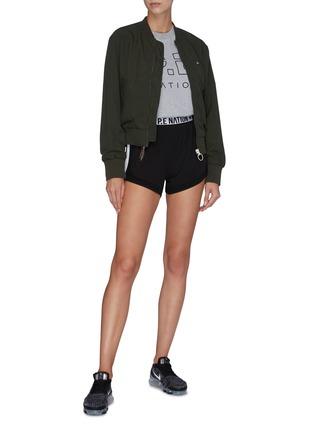 模特儿示范图 - 点击放大 - P.E NATION - Traverse品牌名称裤腰侧条纹功能弹力短裤
