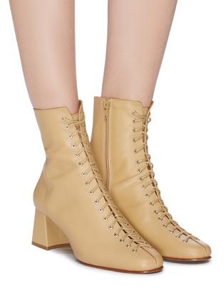 模特儿示范图 - 点击放大 - BY FAR - Becca系带真皮粗跟短靴