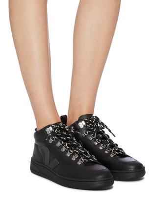 模特儿示范图 - 点击放大 - VEJA - Roraima Bastille V字拼贴真皮高筒运动鞋