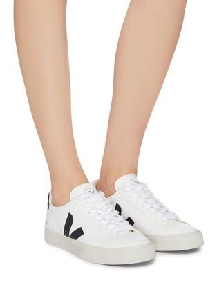 模特儿示范图 - 点击放大 - Veja - Campo V字拼贴系带运动鞋