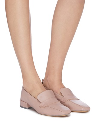模特儿示范图 - 点击放大 - Gray Matters - Comoda真皮粗跟乐福鞋