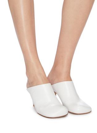 模特儿示范图 - 点击放大 - Bottega Veneta - Bloc方头小牛皮高跟穆勒鞋