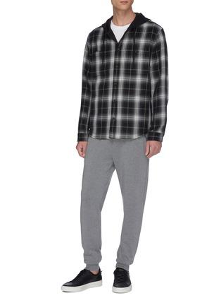 模特儿示范图 - 点击放大 - VINCE - 拼色格纹混棉连帽衬衫