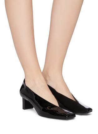 模特儿示范图 - 点击放大 - Mercedes Castillo - Alisandra矩形跟绒面真皮拼接漆皮穆勒鞋