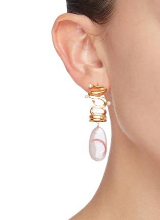 模特儿示范图 - 点击放大 - Ejing Zhang - Biga纱线树脂吊坠淡水珍珠扭纹镀金耳环