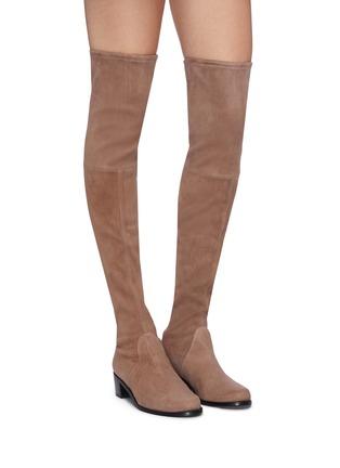 模特儿示范图 - 点击放大 - STUART WEITZMAN - Midland弹力绒面真皮粗跟过膝长靴