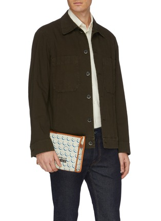 模特儿示范图 - 点击放大 - CONNOLLY - 拼接设计几何印花帆布手拿包
