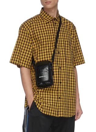 模特儿示范图 - 点击放大 - Balenciaga - Explorer品牌名称小羊皮斜挎包