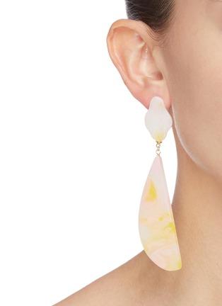 模特儿示范图 - 点击放大 - Ejing Zhang - Angel纹理树脂吊坠耳环