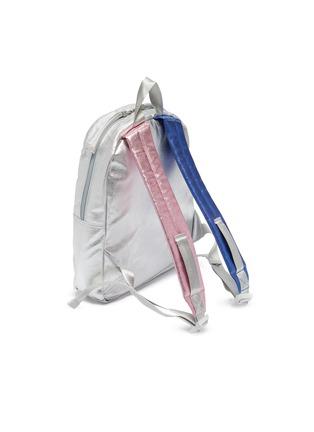 模特儿示范图 - 点击放大 - STATE BAGS - Kane幼儿款迷你金属质感双肩包