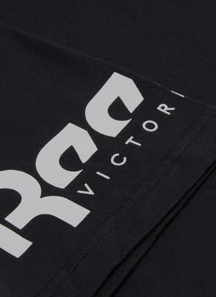 - VICTORIA BECKHAM - x Reebok品牌名称T恤