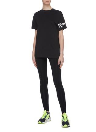 模特儿示范图 - 点击放大 - VICTORIA BECKHAM - x Reebok品牌名称T恤