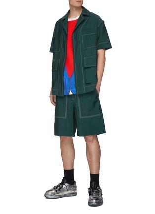 模特儿示范图 - 点击放大 - PRONOUNCE - 勾扣车缝线点缀短袖衬衫