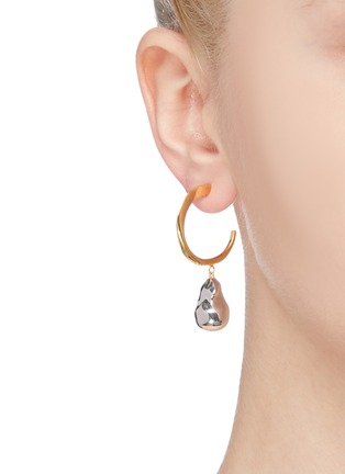 模特儿示范图 - 点击放大 - J. HARDYMENT - Silver Pearl珍珠造型吊坠黄铜开口圆环耳环