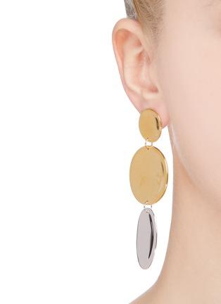 模特儿示范图 - 点击放大 - J. HARDYMENT - XL Small Thumbprints镀金及铑纯银圆片吊坠耳环