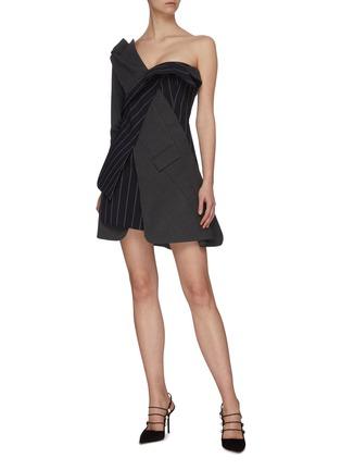 模特儿示范图 - 点击放大 - MONSE - 拼接设计搭叠露单肩拼色条纹混初剪羊毛西服式连衣裙