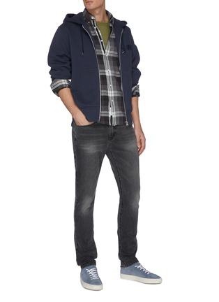 模特儿示范图 - 点击放大 - FRAME DENIM - L'HOMME水洗修身牛仔裤