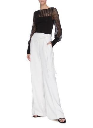 模特儿示范图 - 点击放大 - ROLAND MOURET - SHERBROOK垂坠布饰褶裥羊毛阔腿裤