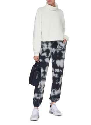 模特儿示范图 - 点击放大 - NINETY PERCENT - 抽绳裤腰扎染有机棉休闲裤