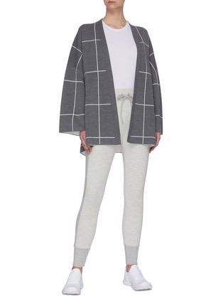 模特儿示范图 - 点击放大 - NINETY PERCENT - 腰带拼色格纹有机超细美丽诺羊毛针织开衫