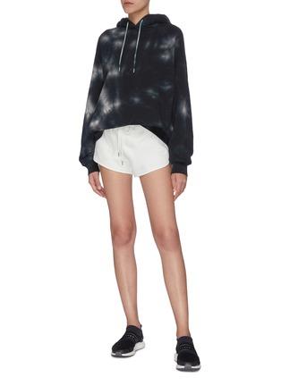 模特儿示范图 - 点击放大 - NINETY PERCENT - Farrah抽绳裤腰有机棉短裤