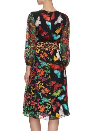 背面 - 点击放大 - ALICE + OLIVIA - JESSE腰带V领蝴蝶花卉豹纹图案褶裥混丝连衣裙