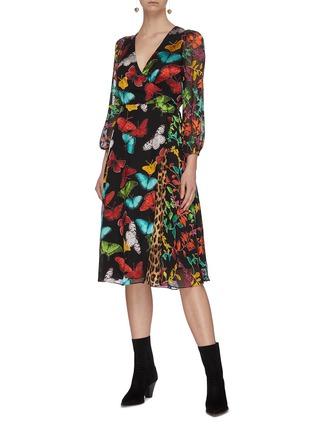 模特儿示范图 - 点击放大 - ALICE + OLIVIA - JESSE腰带V领蝴蝶花卉豹纹图案褶裥混丝连衣裙